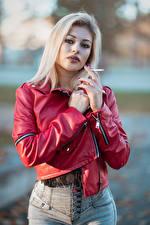 Фотографии Блондинки Куртках Сигаретой Рука Смотрят Alessandra девушка