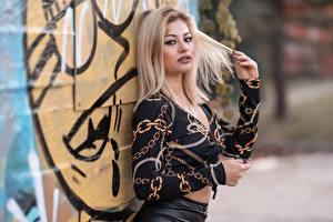 Картинки Блондинка Поза Блузка Смотрит Размытый фон Alessandra Девушки