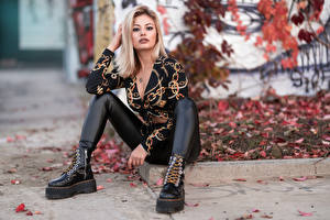 Обои Блондинок Сидя Ног Ботинка Блузка Взгляд Alessandra молодая женщина