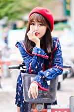 Фотографии Азиаты Велосипедный руль Позирует Платье Берет Смотрят Боке молодая женщина