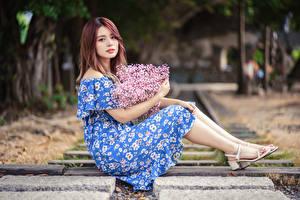 Обои Азиаты Букет Платья Сидящие Смотрит Девушки