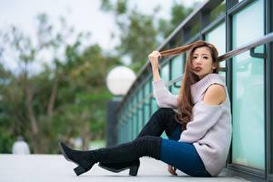 Фото Азиаты Шатенки Сидит Свитере Ног Сапогов молодая женщина