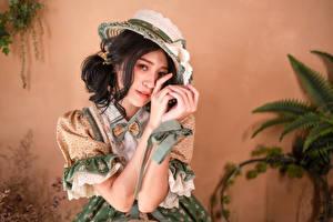 Фото Азиаты Брюнетки Платье Шляпы Рука Смотрит молодая женщина