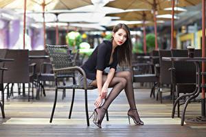 Картинка Азиатки Стул Сидящие Ноги Блузка Смотрит Девушки