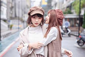 Картинка Азиаты Объятие Двое Боке Смотрят Кепке Девушки