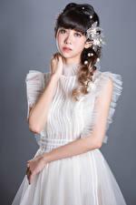 Фото Азиаты Позирует Миленькие Платье Рука Смотрит молодые женщины
