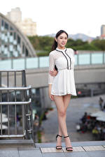 Фотография Азиатки Позирует Платье Ноги Смотрят Размытый фон девушка