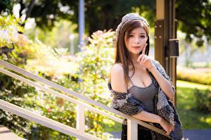 Фотография Азиаты Поза Руки Взгляд Размытый фон девушка