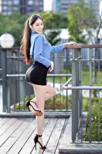 Картинки Азиатки Поза Ног Юбка Улыбка Блузка Смотрят молодые женщины