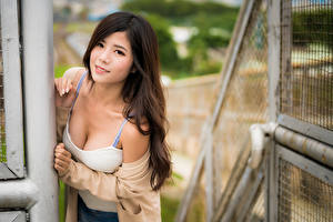 Картинка Азиатки Поза Майки Декольте Взгляд Боке молодые женщины