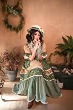 Фото Азиаты Старинные Сидящие Шляпа Платье молодая женщина