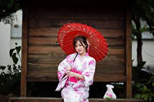 Картинка Азиаты Сидя Кимоно Зонтик Взгляд девушка