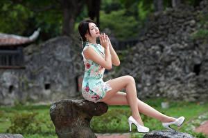 Картинки Азиатка Сидит Ног Платья Туфель Брюнетки девушка