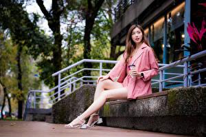 Картинка Азиаты Сидит Ноги Смотрит молодые женщины