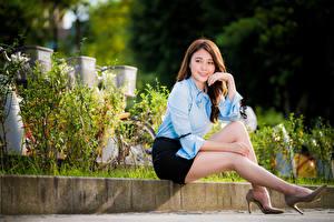 Фотографии Азиатки Сидя Юбка Блузка Ног Смотрит молодые женщины