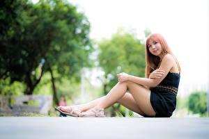 Фотография Азиаты Улыбка Боке Рука Ног Сидя молодая женщина