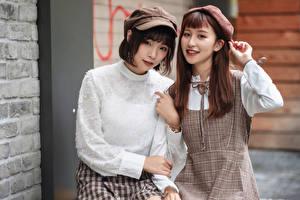 Обои Азиатка Двое Шатенка Улыбается Смотрит молодые женщины