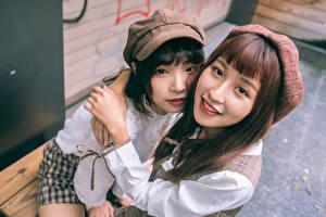 Обои Азиатка Два Объятие Смотрит Шатенка Девушки