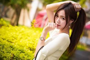Картинки Азиатка Наручные часы Шатенки Рука Смотрят Боке Девушки