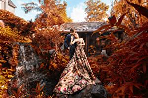 Фотографии Азиаты Парень Двое Обнимает Платья молодая женщина