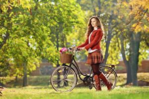 Фотографии Осень Боке Траве Велосипеды Шатенка Корзина Ног Сапогов молодые женщины