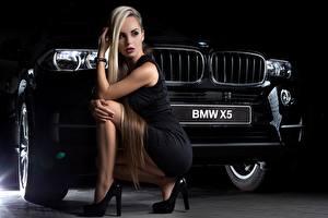 Фотография БМВ Блондинки Платья Сидящие Ног Туфель Черные x5 молодые женщины Автомобили