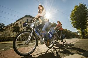 Фотография Велосипеды Улиц Лучи света Шатенки Движение Улыбается Джинсов город