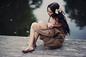 Фотографии Брюнеток Бантики Свитере Сидит Рука Ног молодые женщины