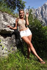 Фото Cara Mell Камни Блондинка Поза Шорты Ноги Смотрит Улыбка Девушки