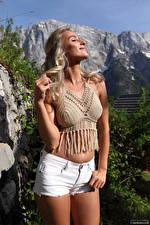 Картинка Cara Mell Блондинки Позирует Шортах Улыбка Живота hips девушка