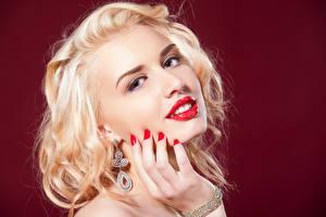 Фото Цветной фон Блондинка Лицо Смотрит Красные губы Мейкап Серег Маникюра Руки молодые женщины