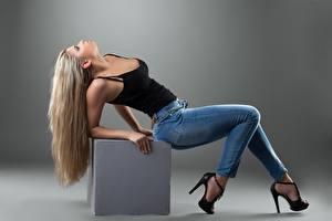 Картинки Куб Блондинка Серый фон Позирует Джинсы Ноги Туфли девушка