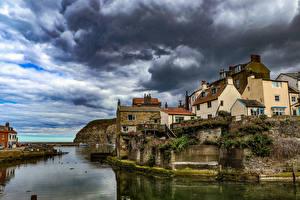 Картинка Англия Дома Реки Село Скала Облачно village Staithes Yorkshire Города