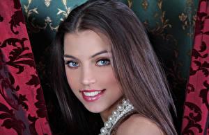 Фотография FERGIE A Valentina Kolesnikova Ожерелье Шатенка Взгляд Улыбается Фотомодель молодая женщина