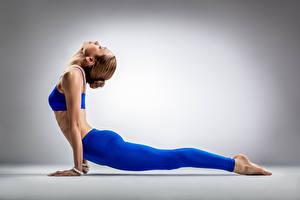 Картинка Фитнес Гимнастика Серый фон Шатенки Растяжка упражнение Поза Руки Ноги молодые женщины Спорт
