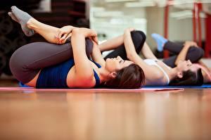 Фотография Фитнес Лежачие Шатенка Тренируется молодая женщина Спорт