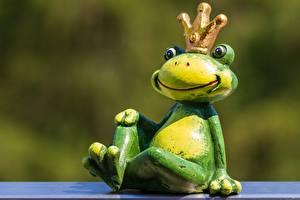 Обои Лягушки Игрушки Корона Размытый фон Сидит животное