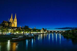 Обои для рабочего стола Германия Здания Реки Мост Пирсы Речные суда Ночные Regensburg Города