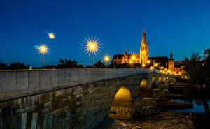 Фотография Германия Река Мосты Дома Ночь Уличные фонари Regensburg Города