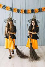 Фото Хэллоуин Девочки 2 Шляпы Униформа Смотрит Дети
