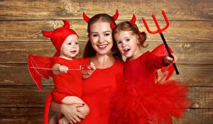 Фотография Хэллоуин Мать Доски Девочка Младенцы С рогами Униформа Улыбается Семья Трезубца ребёнок