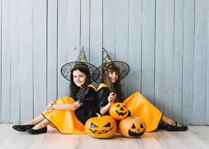 Фотография Хэллоуин Тыква Стена Девочка 2 Шляпа Сидит Улыбается Униформа Дети