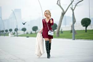 Фотография Сумка Размытый фон Блондинка Платье Ног Сапоги Шубой молодые женщины