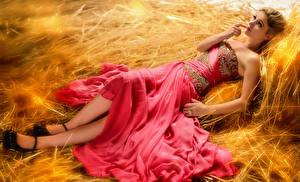 Фото Сене Блондинок Платья Лежат Руки Ноги Девушки