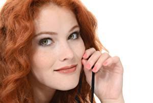 Картинка Heidi Romanova Рыжих Лицо Смотрит Руки Маникюра молодые женщины