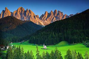 Картинки Италия Гора Церковь Пейзаж Долина Альпы South Tyrol Природа