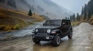 Обои для рабочего стола Jeep Дождь Черный Скорость Wrangler, Unlimited Sahara, 2018 авто