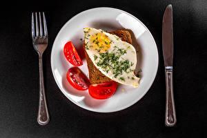 Обои Ножик Хлеб Томаты Серый фон Тарелка Вилки Яичница Завтрак Продукты питания
