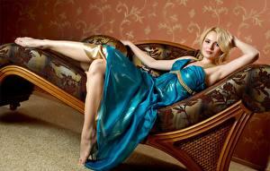Фото Лежа Блондинок Платье Руки Девушки