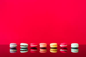 Картинка Макарон Отражается Красном фоне Шаблон поздравительной открытки